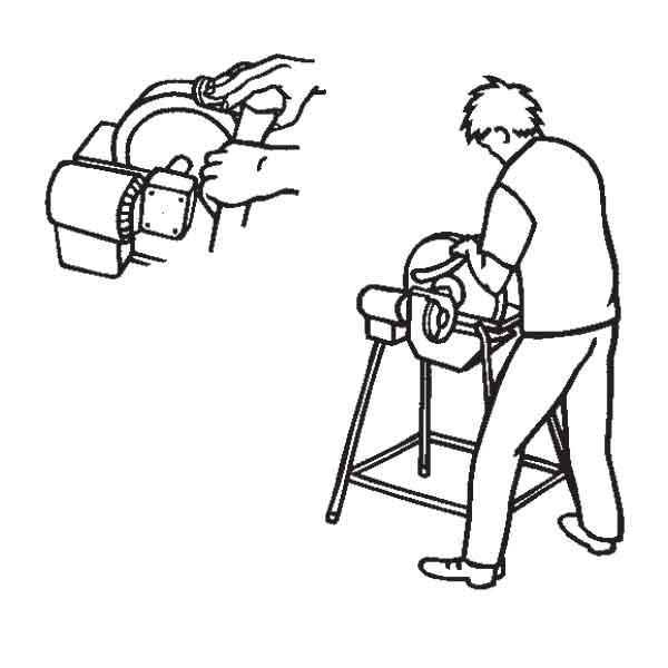 Podczas szlifowania przesuwaj ostrze siekiery wolno do przodu i do tyłu
